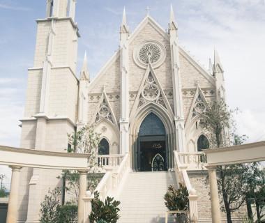 青空にそびえ建つゴシック様式の大聖堂は、この街のシンボル。遙か昔、中世ヨーロッパを旅したような感動を誘うその荘厳な佇まいに、一目ぼれする花嫁も多い