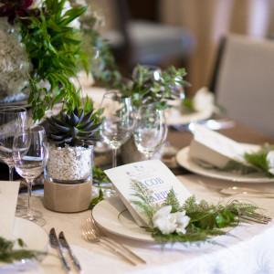 少人数婚だからこそ食卓は華やかに♪小さい頃の写真を添えるなど温かいおもてなしをご提案