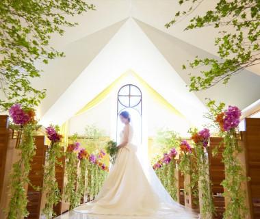 ステンドグラスが陽の光を受けて輝き、花嫁をより美しく見せるチャペル