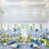 1、2階から降り注ぐ光を浴びる楽しい空間。ブルーのコーディネートで可憐で爽やかな印象に。
