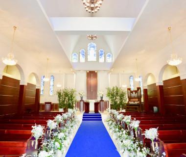 最大150名様まで着席可能。高い天井や長いバージンロードなど花嫁の憧れを詰め込んだチャペル