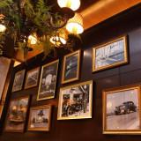 19世紀当時の貴重な写真や本が飾られた本物だけが醸し出す雰囲気で重厚でありながら落ち着きのある空間★アカレンガウエディング★