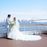 青い空・青い海に映えるウエディングドレス