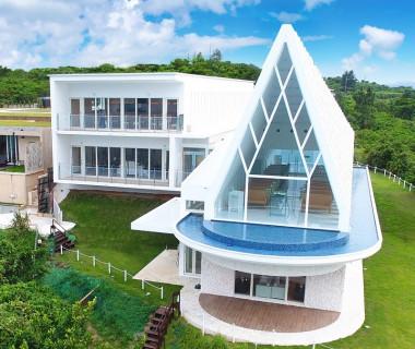 白亜のチャペル・珊瑚の教会。スイートヴィラchillmaを建てた建築家、下地鉄郎氏により当リゾートのためにデザインされたチャペルです。