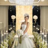 白のきれいなドレスで明るい表情に
