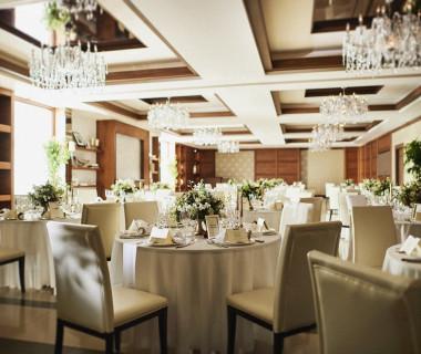 洗練されたインテリアと上品なシャンデリアが華やかな空間。