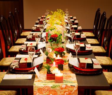 メインテーブルを作らない晩餐会スタイルも人気のレイアウト