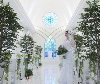 緑と白のコントラストが際立つオリジナル教会コーディネート
