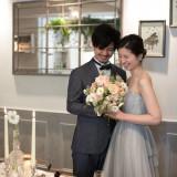 ナチュラル×アンティークな雰囲気だから、流行のくすみカラーのドレスとの相性もばっちり