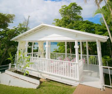 真っ白なデッキと自然に囲まれたビーチハウスでの挙式