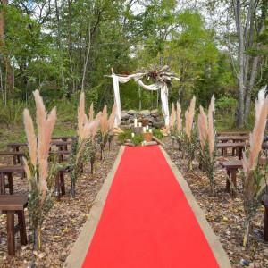 自然の香りと森に包まれたガーデンチャペルはデコレーションが自由。お2人のウェディングテーマにあわせて個性的に飾りましょう! ル・ピオニエ(オズブライダル)の写真(3445993)