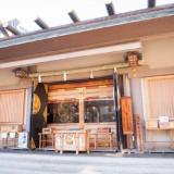 華やかに舞うその様子は、和装のたたずまいにぴったりの、日本の「和」を体現しています。