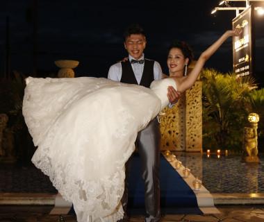 花嫁を抱きかかえる新郎がたくましく思えます。