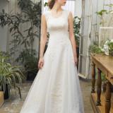 ストンとしたAラインのドレスは花嫁のスタイルを美しく魅せます。動きのあるパーティにはコンパクトな裾周りのドレスがお勧め!