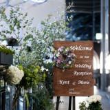 ウェルカムボードも装花で華やかに演出。