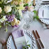 テーブルコーディネートもおふたりの好きな色とお花で