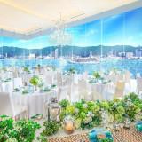神戸港を見渡すことができるオーシャンビュー。 一面ガラス張りの披露宴会場はお二人を祝福するかのように輝かしい光が差し込みます。