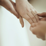 感動的な指輪の交換を