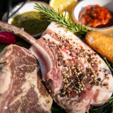 大きなお肉を焼き上げ、シェアするアメリカンスタイルのグリルパーティーが楽しめる