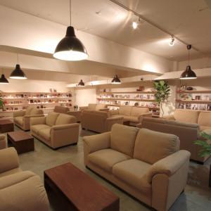 カフェのような居心地の良い待合スペースでゲストをお迎え|TVB(ティヴビー)の写真(7419994)