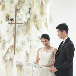 TVBのチャペルは他にはない、ドライフラワーや異素材で彩られた圧倒的な空間です。素敵なお花たちが、ここに立つおふたりをより引き立てます。|TVB(ティヴビー)の写真(9870277)