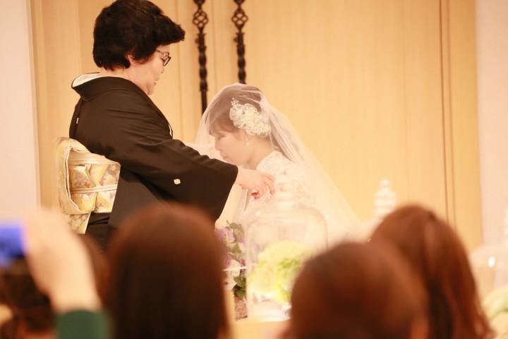 笑顔溢れる親族に囲まれての結婚式