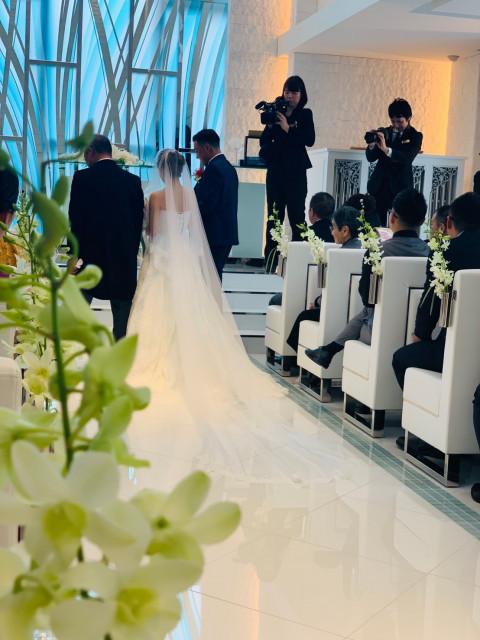白い ドレス 花 の 冠 世界 一 の 愛 を 誓う