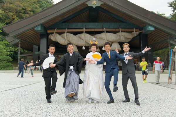 4人のきょうだい+新郎での記念撮影は、仲の良よさがうかがえる楽しい一枚に
