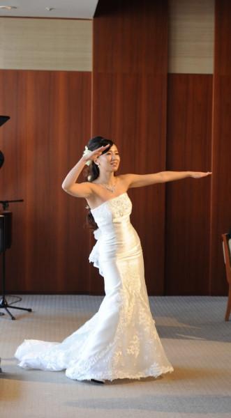 ウエディングドレスでフラダンス。ハイヒールで踊る練習をたくさんされたそう