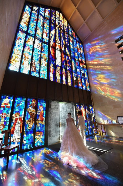 ハワイで最大級を誇るセント・アンドリユース大聖堂のステンドグラスは、圧倒的な存在感!