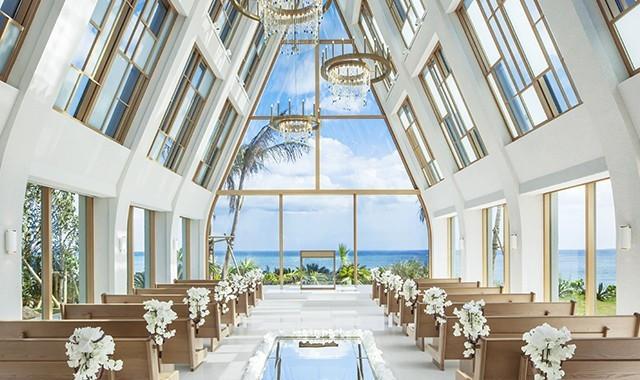 パノラマの海が一面にきらめく「美らの教会」