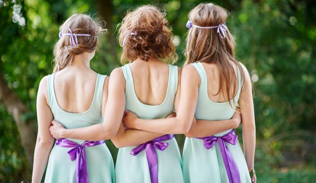 【今さら聞けない】女性ゲストの結婚式服装お呼ばれマナー!NGマナーから選び方のコツまで徹底解説