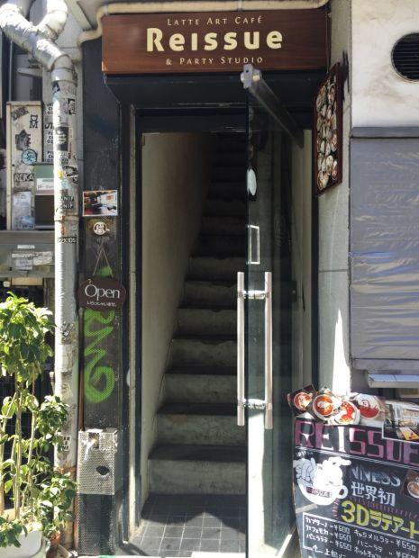 階段を上っていざ入店!