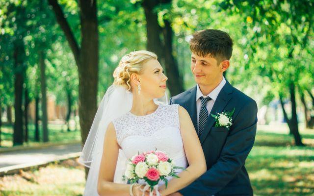 結婚報告のはがきは誰に送る?注意点とおすすめ文例・デザインをご紹介