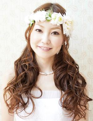 フラワーティアラ(花冠)×ロングヘアがキュートなヘアアレンジ
