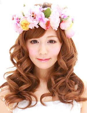 ガーデンウェディングにぴったりな花冠を使ったヘアアレンジスタイル