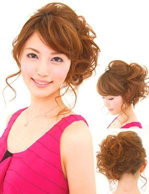 キュートな雰囲気のふんわりモテヘアアレンジスタイル。顔周りやうなじに後れ毛を