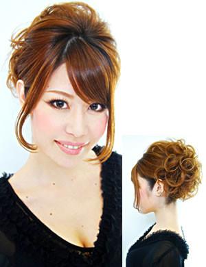 顔周りに前髪を流して、後ろ髪をまとめることで小顔効果