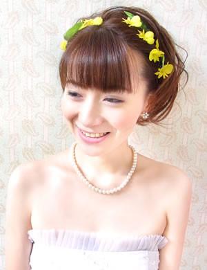お花のヘアアクセを使った可愛らしい印象のアップスタイル。