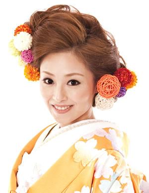 個色鮮やかな着物を引き立てる和装ヘアアレンジ。顔色が明るく見えます。