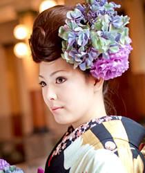 ポンパドールで、スタイリッシュな雰囲気を演出するヘアアレンジスタイル。