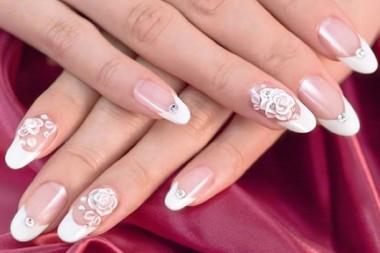 白いウェディングドレスに合うネイルはやっぱり白フレンチ☆ 薔薇の繊細な3Dアートとラインストーンがエレガントでゴージャス!