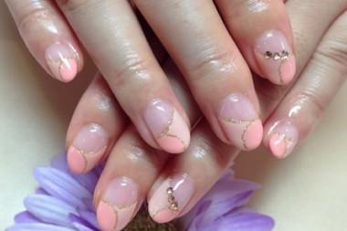サーモンピンクの変形フレンチ☆ ポイントでスワロで飾って華やかさをプラス♪