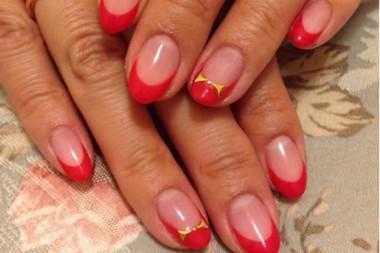 赤にピンクを混ぜた明るい赤でフレンチにしました☆ 白金台にあるまつげエクステ&ジェルネイルbeautysalon shantiを一度お試しくださいませ。