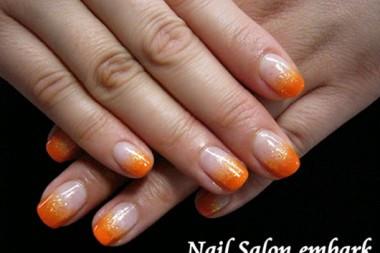 オレンジのカラーグラデーションが夏を思わせるシンプルネイル。