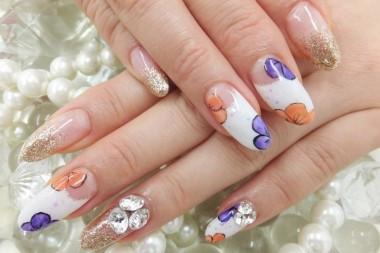 ホワイトの逆フレンチ、シャンパンゴールドのラメグラ☆ 花逆フレンチの指に、パープル&オレンジで水彩画風ジェルアート 花大・小のクリスタルVカットON♪