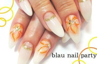 白のネイルって爪も長く見えるし、清楚だし、ネイルが映える♪ そこに、オレンジでお花のペイントがインパクト大!