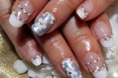 白のフレンチとパールグレーの単色を組み合わせてみました! パールグレーの爪にはデイジー柄を描いて、フレンチのライン上には、スワロをON