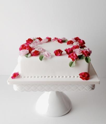 ケーキデザイン17 バラが咲き誇る!スクエアウェディングケーキ