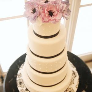 細い黒リボンでレディな印象に♪アネモネの花を乗せたシンプルタワーウェディングケーキ